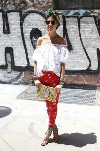 Look de moda: Top Con Hombros Descubiertos a Lunares Blanco, Pantalones Pitillo Estampados Rojos, Sandalias de Tacón de Cuero con Tachuelas Grises, Cartera Sobre Estampada en Beige