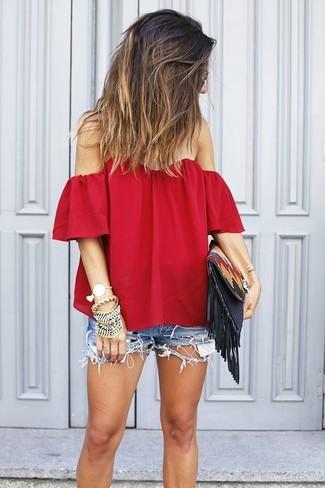 Look de moda: Top Con Hombros Descubiertos Rojo, Pantalones Cortos Vaqueros Desgastados Azules, Cartera Sobre de Cuero en Multicolor, Pulsera Dorada