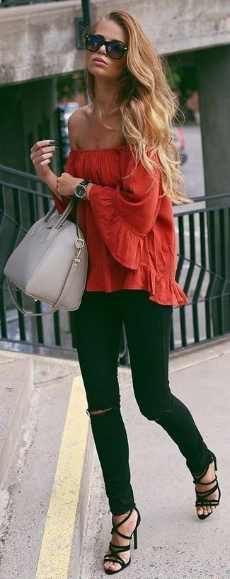 Look de moda: Top Con Hombros Descubiertos Rojo, Vaqueros Pitillo Desgastados Negros, Sandalias de Tacón de Ante Negras, Bolso de Hombre de Cuero Gris
