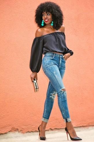 Look de moda: Top Con Hombros Descubiertos Negro, Vaqueros Pitillo Desgastados Azules, Zapatos de Tacón de Cuero Negros, Cartera Sobre Negra