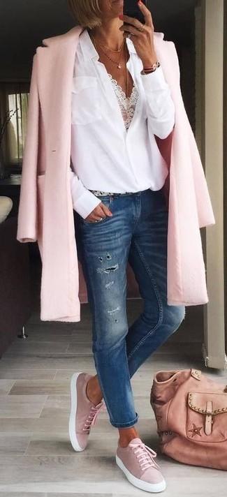 Combinar unos vaqueros desgastados azul marino: Haz de un abrigo rosado y unos vaqueros desgastados azul marino tu atuendo para una vestimenta cómoda que queda muy bien junta. Tenis de ante rosados añadirán interés a un estilo clásico.