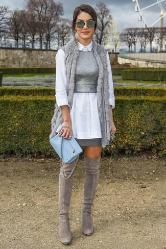 Cómo combinar: minifalda gris, top corto de punto gris, camisa de vestir blanca, chaleco de pelo gris