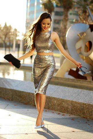 Empareja un top corto de lentejuelas dorado con una falda lápiz de lentejuelas dorada para una apariencia fácil de vestir para todos los días. Dale onda a tu ropa con zapatos de tacón de cuero plateados.