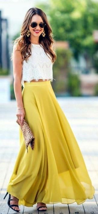 Cómo combinar: top corto de encaje blanco, falda larga de gasa plisada amarilla, sandalias de tacón de cuero negras, cartera sobre de ante de leopardo marrón claro