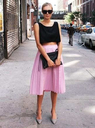 Emparejar un top corto negro y una falda midi plisada rosada es una opción cómoda para hacer diligencias en la ciudad. Zapatos de tacón de cuero de cuadro vichy blancos y negros dan un toque chic al instante incluso al look más informal.