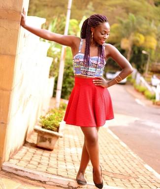 Cómo combinar: top corto de rayas horizontales en multicolor, falda skater roja, zapatos bajos de cuero negros, pulsera dorada