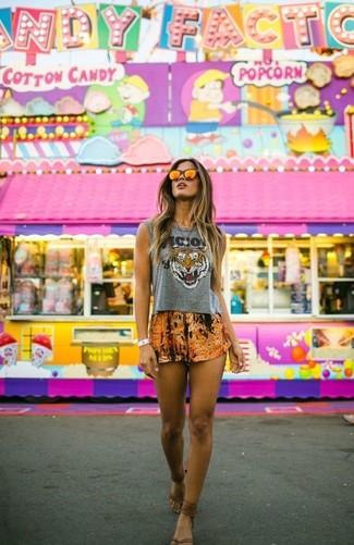 Este combo de un top corto estampado gris y unos pantalones cortos estampados naranjas te permitirá mantener un estilo cuando no estés trabajando limpio y simple. Sandalias de dedo de cuero marrónes contrastarán muy bien con el resto del conjunto.