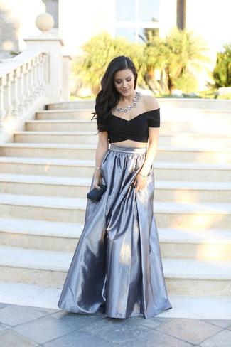 Cómo combinar: top corto negro, falda larga plisada plateada, cartera sobre negra, collar plateado