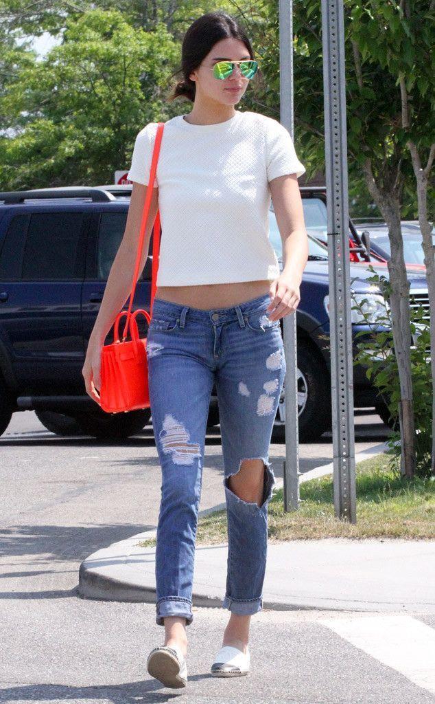 Look de Kendall Jenner Top Corto Acolchado Blanco, Vaqueros Pitillo Desgastados Azules, Alpargatas