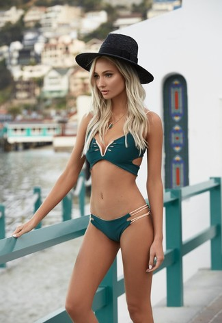 Cómo combinar: top de bikini verde oscuro, braguitas de bikini verde oscuro, sombrero de paja negro, colgante verde oscuro