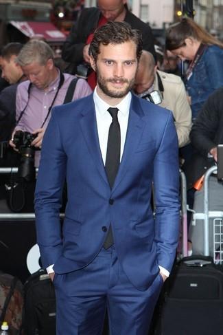 Look de Jamie Dornan: Traje Azul, Camisa de Vestir Blanca, Corbata Negra