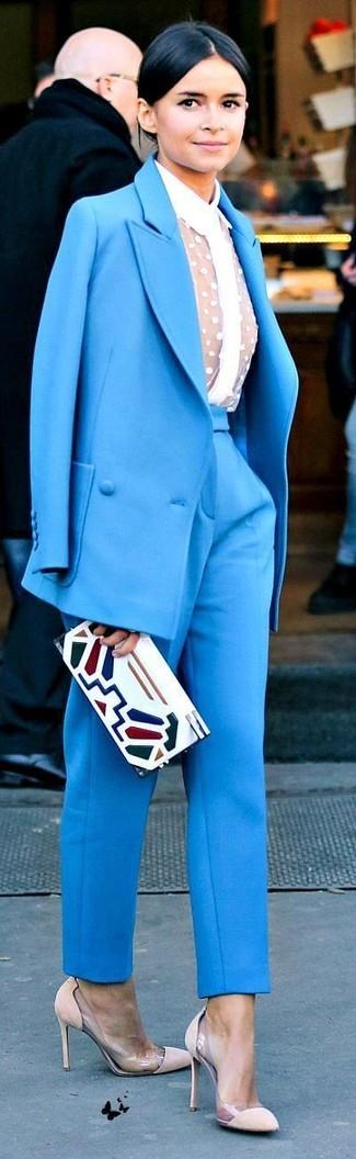 Look de Miroslava Duma: Traje Azul, Camisa de Vestir de Encaje Blanca, Zapatos de Tacón de Ante en Beige, Cartera Sobre de Cuero Estampada Blanca
