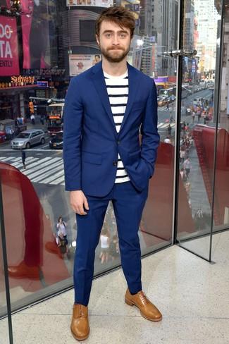 Cómo combinar: traje azul, camiseta con cuello circular de rayas horizontales en blanco y azul marino, zapatos oxford de cuero marrón claro