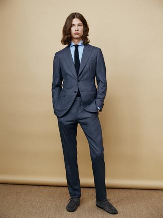 Cómo combinar: traje azul marino, camisa de vestir celeste, botas safari de ante en gris oscuro, corbata de punto negra