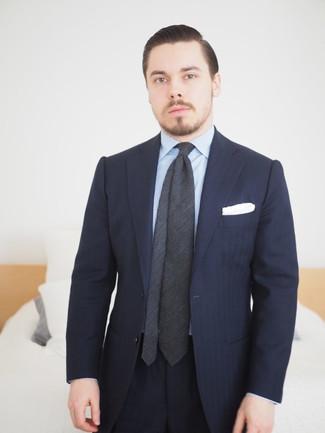 Cómo combinar: traje de rayas verticales azul marino, camisa de vestir de rayas verticales celeste, corbata en gris oscuro, pañuelo de bolsillo blanco