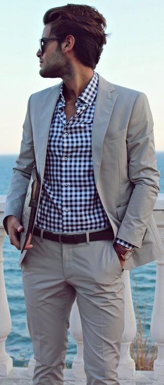 Cómo combinar: traje gris, camisa de manga larga de cuadro vichy en blanco y azul marino, bolso con cremallera de cuero en marrón oscuro, correa de cuero en marrón oscuro