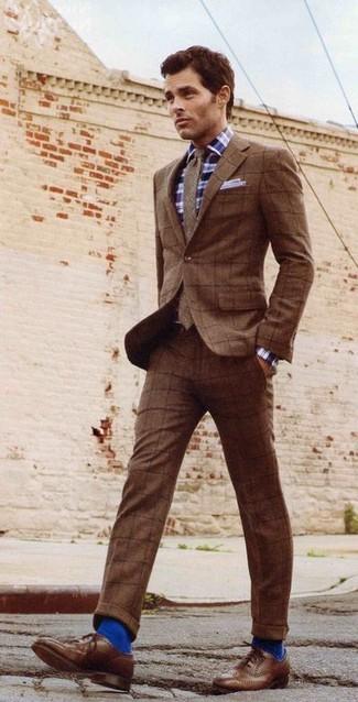 Cómo combinar: traje de lana a cuadros marrón, camisa de manga larga de tartán en azul marino y blanco, zapatos brogue de cuero marrónes, corbata de lana marrón