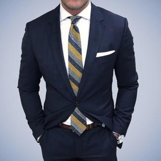 Cómo combinar: traje azul marino, camisa de vestir blanca, corbata de rayas verticales azul marino, pañuelo de bolsillo blanco