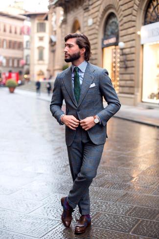 Cómo combinar: traje de lana a cuadros gris, camisa de vestir de rayas verticales en blanco y azul marino, mocasín con borlas de cuero en marrón oscuro, corbata estampada verde oscuro