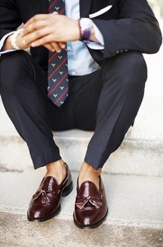 Cómo combinar: traje en gris oscuro, camisa de vestir celeste, mocasín con borlas de cuero burdeos, corbata estampada azul marino