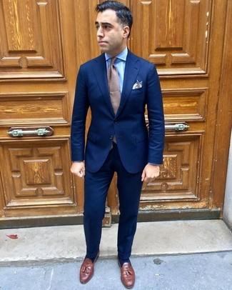 Cómo combinar: traje azul marino, camisa de vestir celeste, mocasín con borlas de cuero marrón, corbata a lunares marrón
