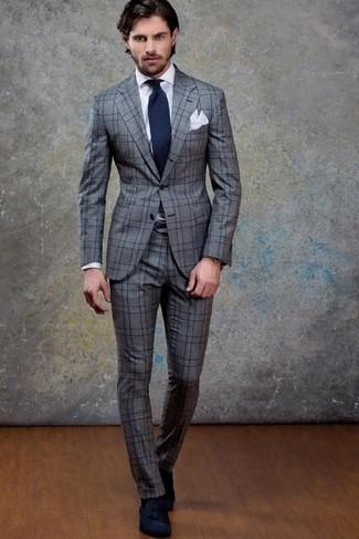 Cómo combinar: traje de lana a cuadros gris, camisa de vestir blanca, mocasín con borlas de ante azul marino, corbata azul marino