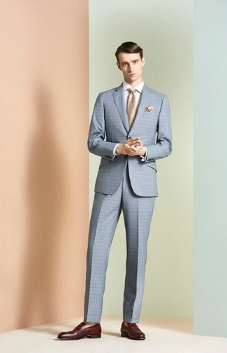 Cómo combinar: traje a cuadros celeste, camisa de vestir blanca, mocasín de cuero burdeos, corbata en beige