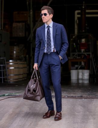 Cómo combinar: traje azul marino, camisa de vestir celeste, zapatos con doble hebilla de cuero en marrón oscuro, bolso baúl de cuero en marrón oscuro
