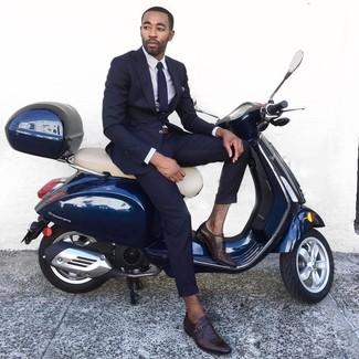 Cómo combinar: traje azul marino, camisa de vestir a cuadros blanca, zapatos con hebilla de cuero en marrón oscuro, corbata azul marino