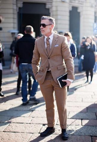 Cómo combinar: traje de lana marrón, camisa de vestir blanca, zapatos derby de cuero negros, corbata de lana marrón