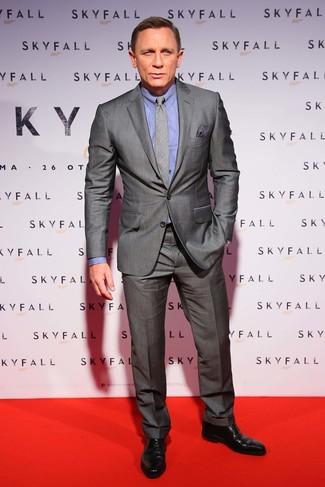 Look de Daniel Craig: Traje Gris, Camisa de Vestir Azul, Zapatos Derby de Cuero Negros, Corbata de Tartán Gris
