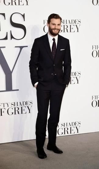 Look de Jamie Dornan: Traje Negro, Camisa de Vestir Blanca, Zapatos Oxford de Cuero Negros, Corbata Estampada Morado Oscuro
