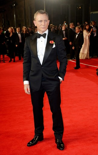 Look de Daniel Craig: Traje Negro, Camisa de Vestir Blanca, Zapatos Oxford de Cuero Negros, Corbatín Negro