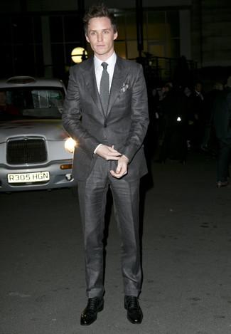 Look de Eddie Redmayne: Traje en gris oscuro, Camisa de vestir blanca, Zapatos oxford de cuero negros, Corbata de punto gris