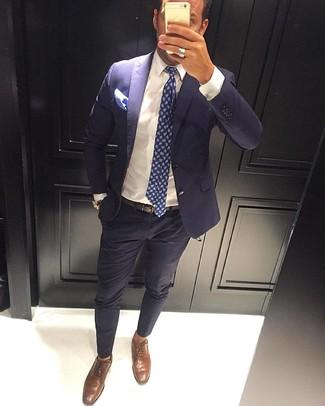 Cómo combinar: traje azul marino, camisa de vestir blanca, zapatos oxford de cuero marrónes, corbata de paisley azul marino