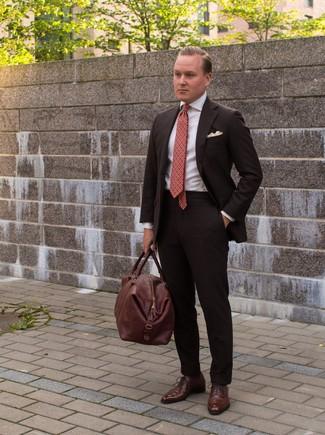 Cómo combinar: traje en marrón oscuro, camisa de vestir blanca, zapatos oxford de cuero marrónes, bolsa de viaje de cuero marrón