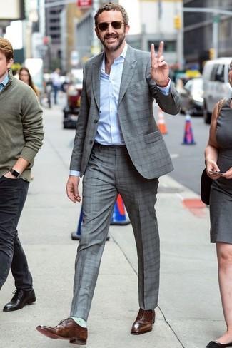 Cómo combinar: traje a cuadros gris, camisa de vestir celeste, zapatos oxford de cuero marrónes, gafas de sol en marrón oscuro