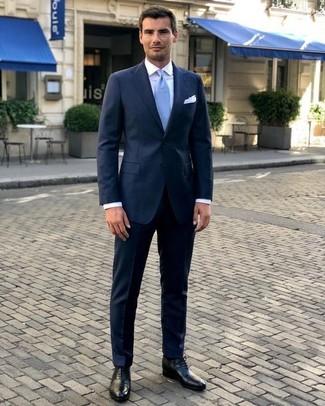 Ponte un traje azul marino y una corbata para una apariencia clásica y elegante. Un par de zapatos oxford de cuero negros se integra perfectamente con diversos looks.