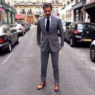 Cómo combinar: traje en gris oscuro, camisa de vestir blanca, zapatos oxford de cuero marrónes, corbata negra
