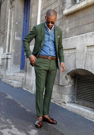 Cómo combinar: traje verde oliva, camisa vaquera azul, mocasín con borlas de cuero marrón, bandana blanca