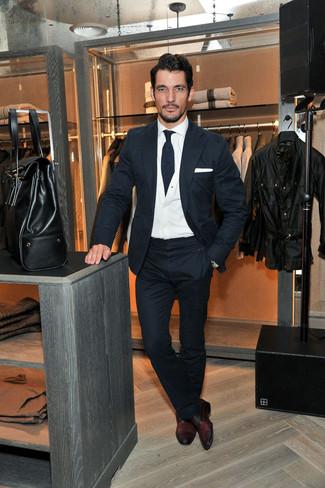 Look de David Gandy: Traje de Lana Azul Marino, Cárdigan Blanco, Camisa de Vestir Blanca, Zapatos Oxford de Cuero Burdeos