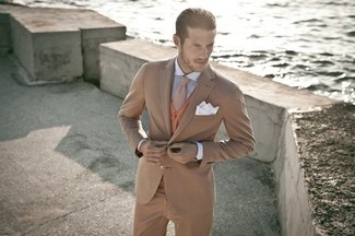 Cómo combinar: traje marrón claro, cárdigan en tabaco, camisa de vestir de rayas verticales en blanco y azul, corbata de lana marrón