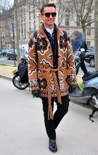 Combinar un chaleco de abrigo azul marino en clima frío: Ponte un chaleco de abrigo azul marino y un abrigo largo en tabaco para el after office. Haz zapatos con doble hebilla de cuero negros tu calzado para mostrar tu inteligencia sartorial.