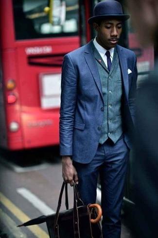 Cómo combinar: traje azul marino, chaleco de vestir verde oscuro, camisa de vestir blanca, portafolio de cuero negro