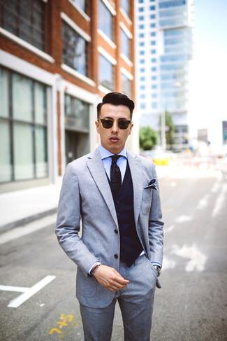 Cómo combinar: traje de lana gris, chaleco de vestir de rayas verticales azul marino, camisa de vestir celeste, corbata a lunares negra