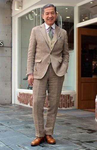 Cómo combinar: traje de lana marrón, chaleco de vestir de lana marrón claro, camisa de vestir de rayas verticales rosada, zapatos derby de cuero marrón claro