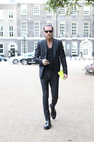 Cómo combinar: traje en gris oscuro, chaleco de vestir negro, camiseta con cuello circular negra, zapatos con doble hebilla de cuero negros