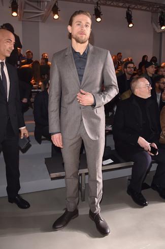 Cómo combinar: traje de lana gris, camisa de vestir en gris oscuro, zapatos derby de cuero burdeos