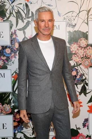 Cómo combinar: traje de lana gris, camiseta con cuello circular blanca