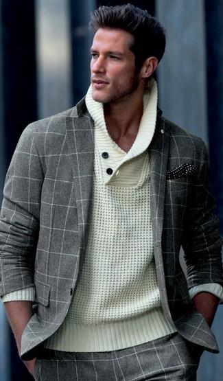 Cómo combinar: traje de lana a cuadros gris, jersey con cuello chal de punto en beige, pañuelo de bolsillo a lunares en negro y blanco